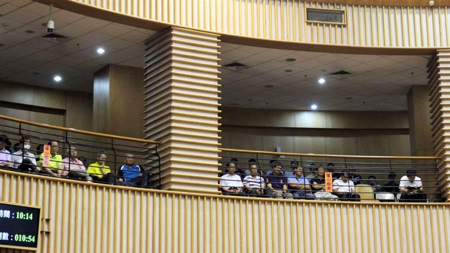 屏東縣議員曾義雄提案,將廢止校長於教育處業務報告時列席備詢。(林和生翻攝)