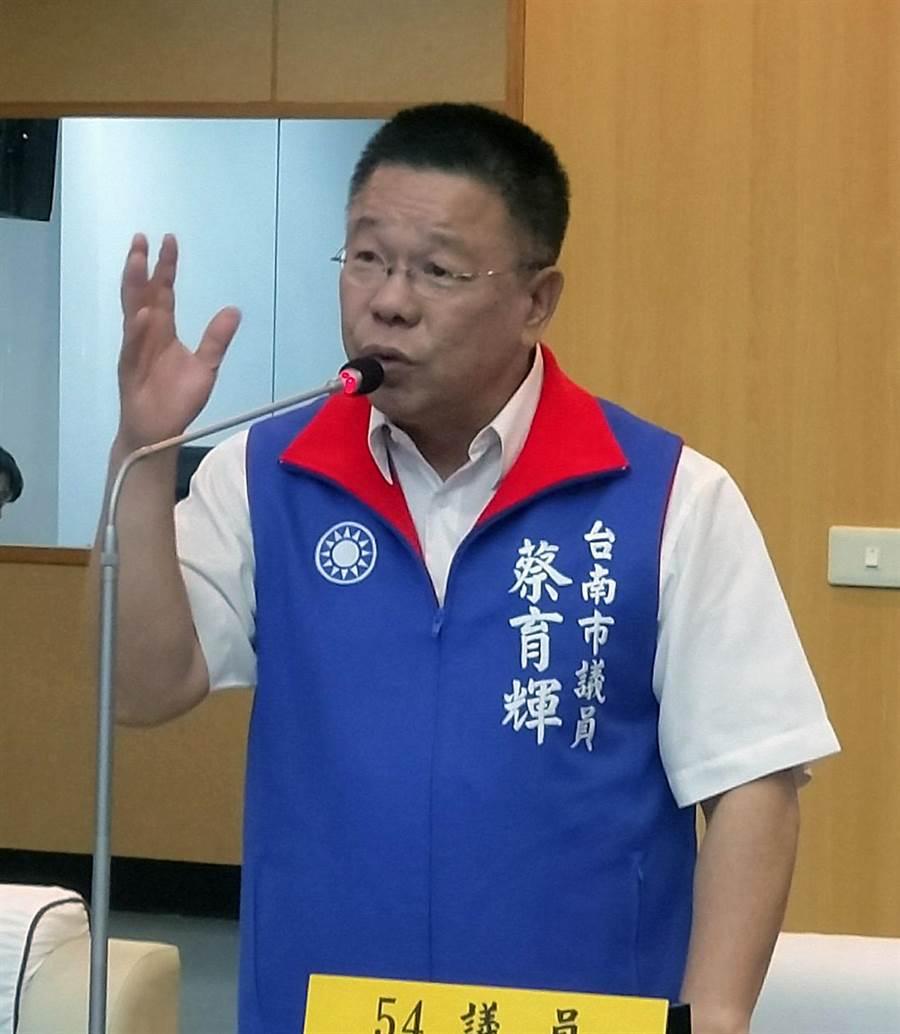 台南市溪北地區人口減少,市議員蔡育輝要求不得再將民治行政中心公務員調到永華行政中心上班。(洪榮志攝)