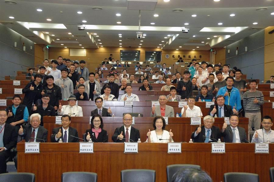 全國CNC加工競賽頒獎暨研討會於龍華科大舉行,產官學界代表齊聚一堂。(龍華科大提供)