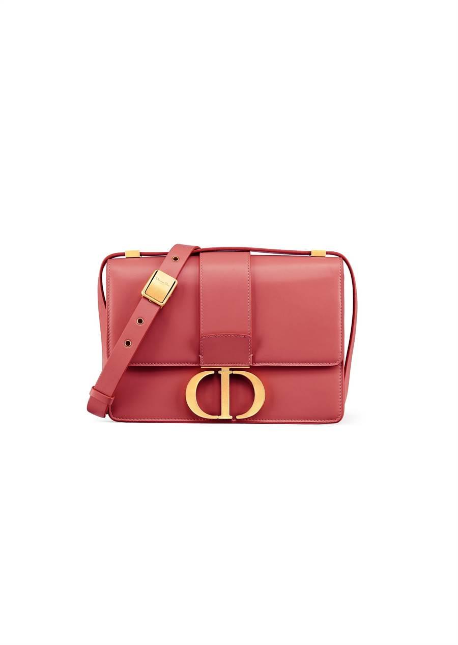 Dior 30 Montaigne粉紅色霧面小牛皮CD搭扣翻蓋包,12萬元。(Dior提供)