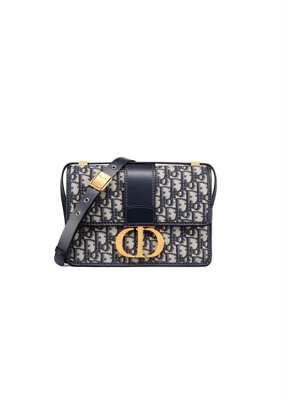 Dior 30 Montaigne藍色Oblique斜紋緹花帆布CD搭扣翻蓋包,10萬5000元。(Dior提供)