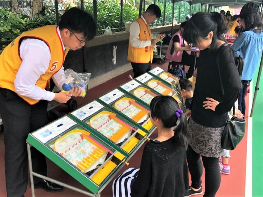 永慶房屋東捷店提供的復古彈珠台,吸引大小朋友體驗玩樂,相當有趣。(圖/永慶房屋提供)