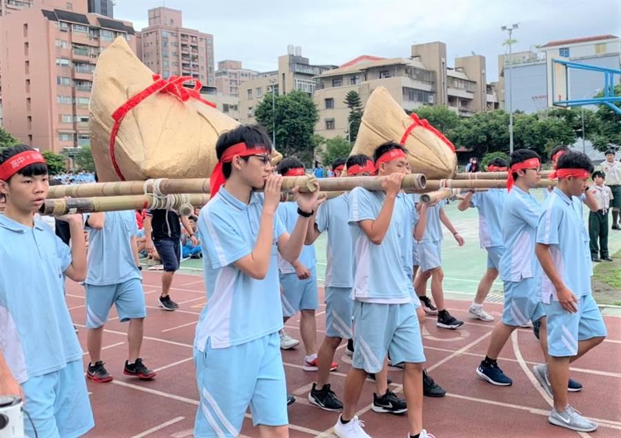 麗山國中同學們扛著巨大粽子,替國三考生舉行「包中儀式」。(圖/永慶房屋提供)