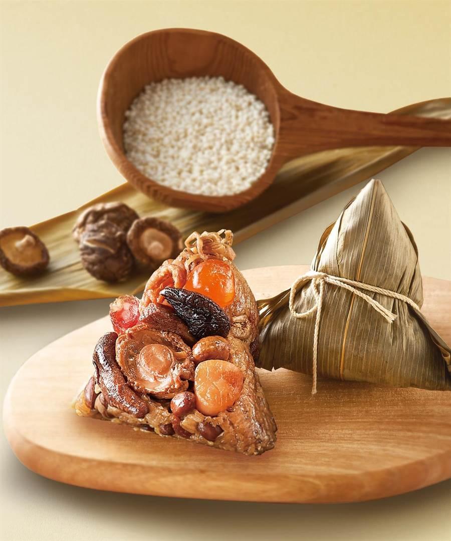 新光三越初登場,「寒舍艾美酒店鮑魚豚粽禮盒」,伊比利豬肉搭配北海道干貝、鮑魚、廣式臘腸,2278元。(新光三越提供)