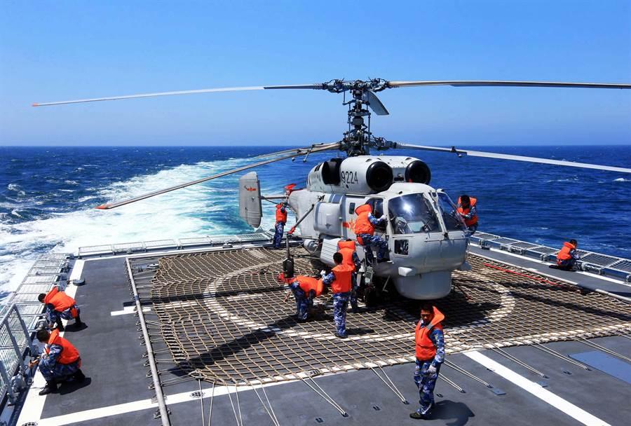 中共海軍目前使用的俄製卡-27做為反潛直升機。(圖/新華社)