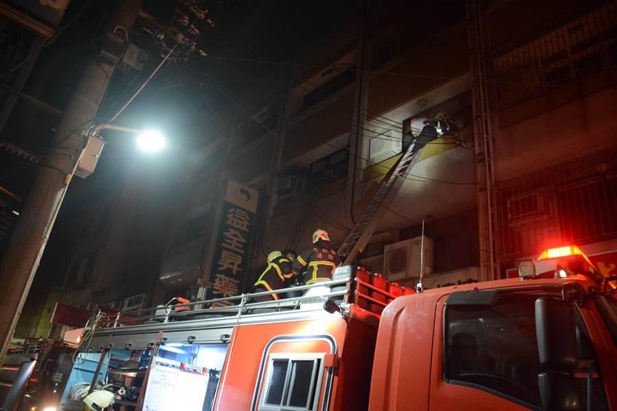 北港暗夜大火6人受困,警消及時救援全獲救。(張朝欣攝)