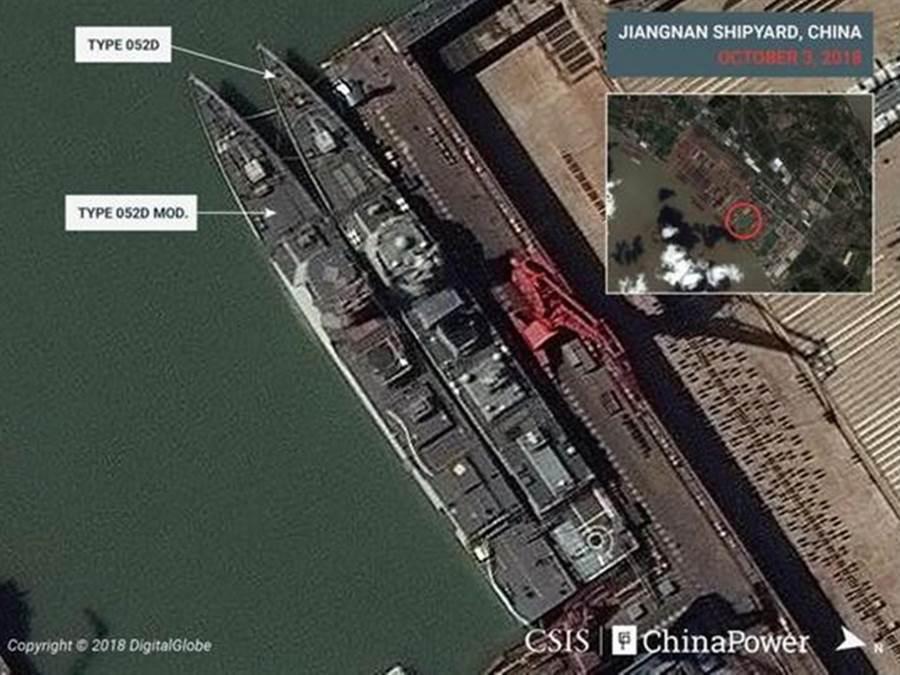 美國智庫公布的衛星圖片中顯示2艘052D在船廠進行改造,右邊為未改甲板052D,左邊是已經擴大直升機甲板的052D改型。(圖/CSIS)