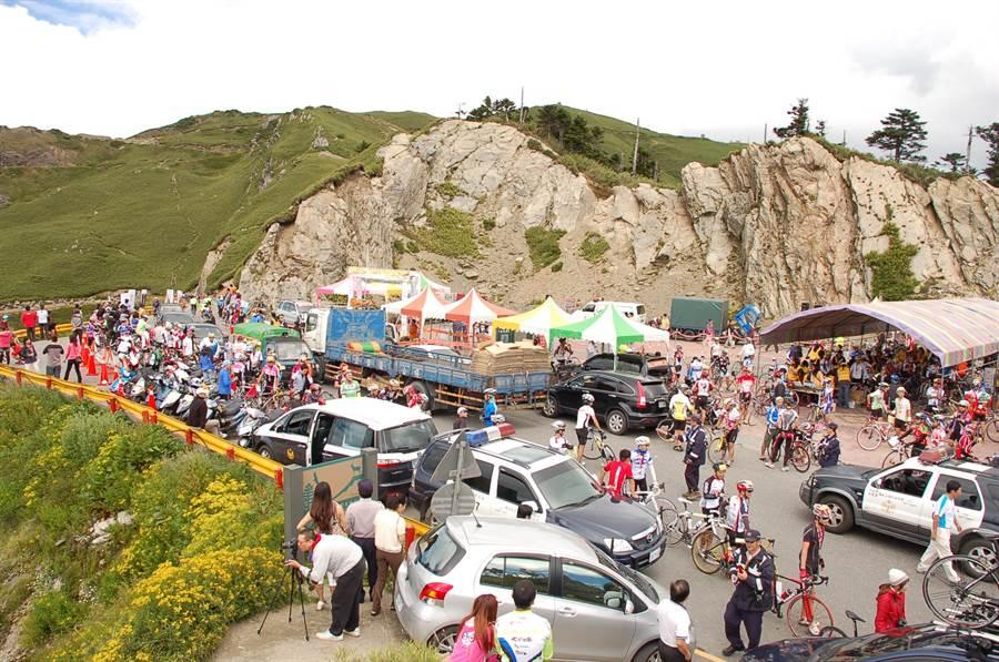 合歡山武嶺停車場逾15年未整修,大型活動經常塞車,將封閉整修至6月29日。(廖肇祥攝)
