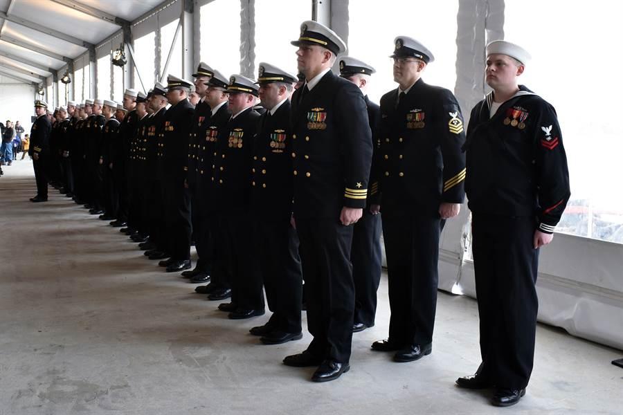 美海軍核攻擊潛艦南達科他號成員在命名典禮上列隊受檢。(圖/美國海軍)