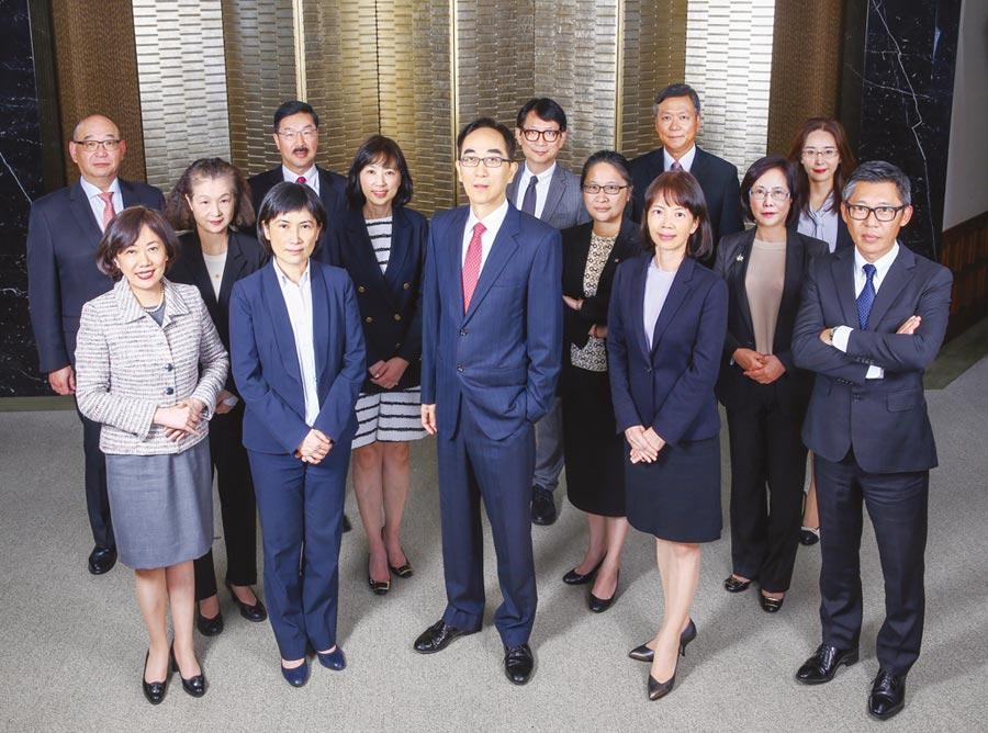 轉型後的開發金控由總經理王銘陽(中)領軍,全力衝刺金融創新。圖/開發金控提供