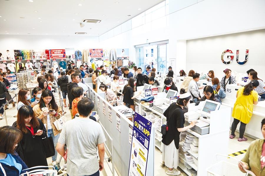 GU崇德路店開幕首日受到台中民眾熱情支持,一早收銀區就被民眾擠得水泄不通。圖/業者提供