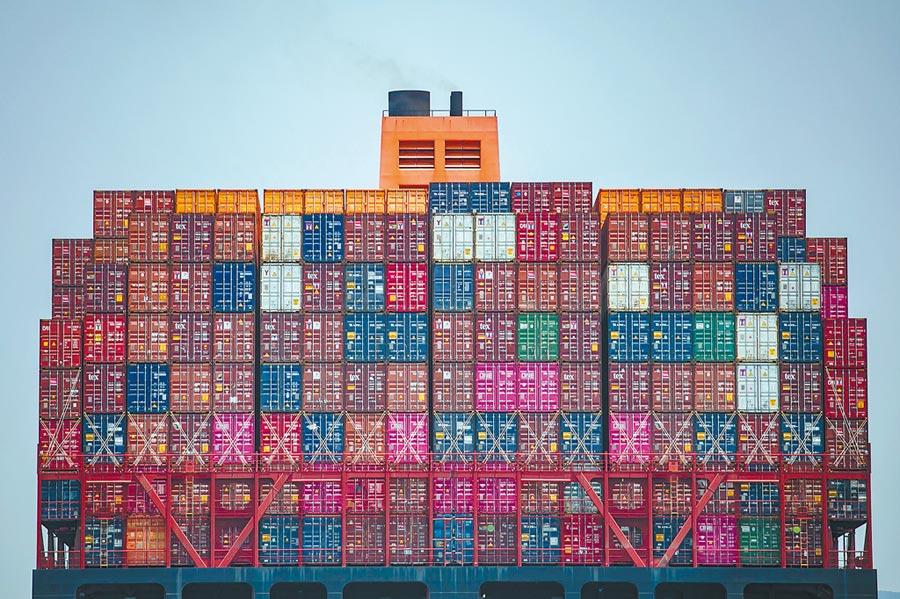 中國人民大學國際關係學院副院長金燦榮認為,大陸擁有「3張王牌」,因此將取得貿易戰的最後勝利。據他計算,美國去年在大陸賺的錢為3400億;而大陸對美服貿出口約有300億、商品貿易為5300億,加起來為5600億,所以陸美貿易逆差應為2200億美元,而非川普宣稱的3760億美元。(法新社)