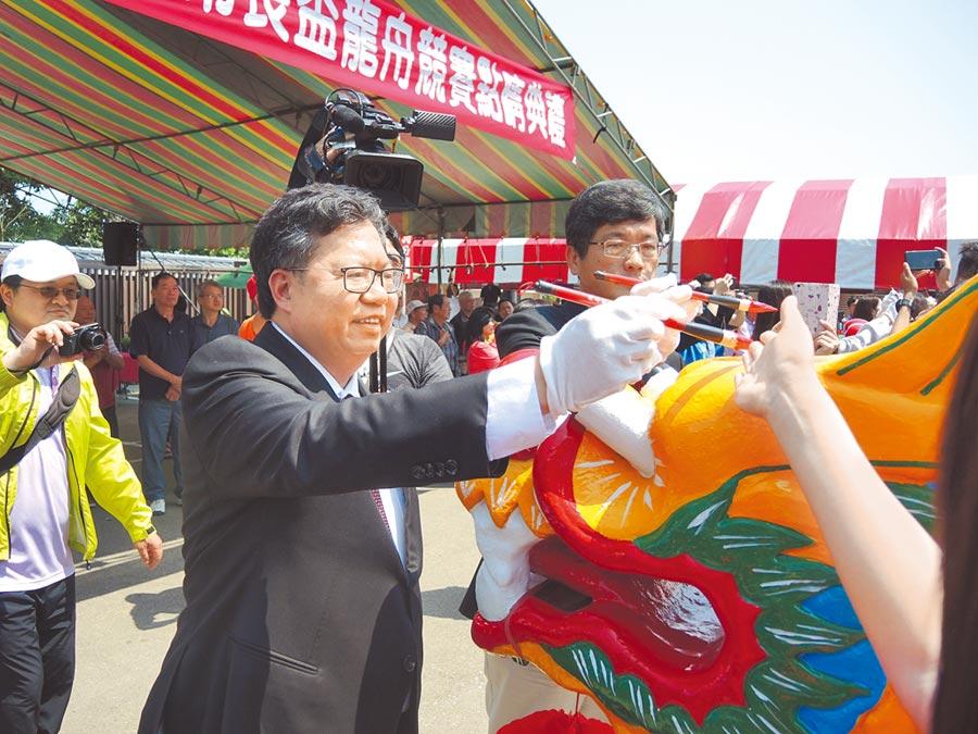 乙未客家戰役文化季12日上午進行龍舟點睛儀式,市長鄭文燦(左)提起毛筆替龍舟點睛。(邱立雅攝)