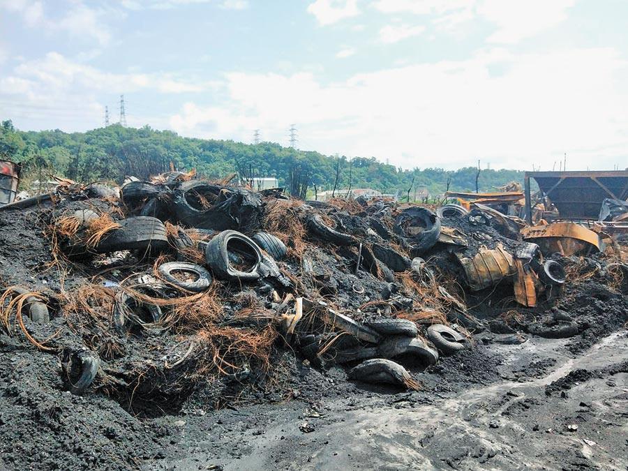台中后里廢輪胎廠大火嚴重汙染環境,業者已清運近300噸廢輪胎至其他回收廠。(陳淑娥攝)