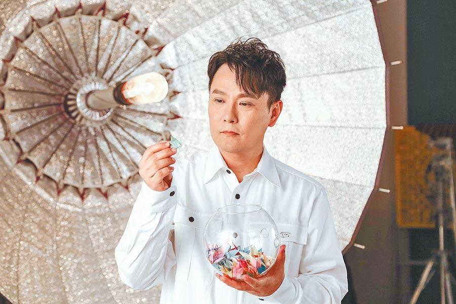 張信哲日前參與助殘公益歌曲〈愛的陽光〉MV拍攝。