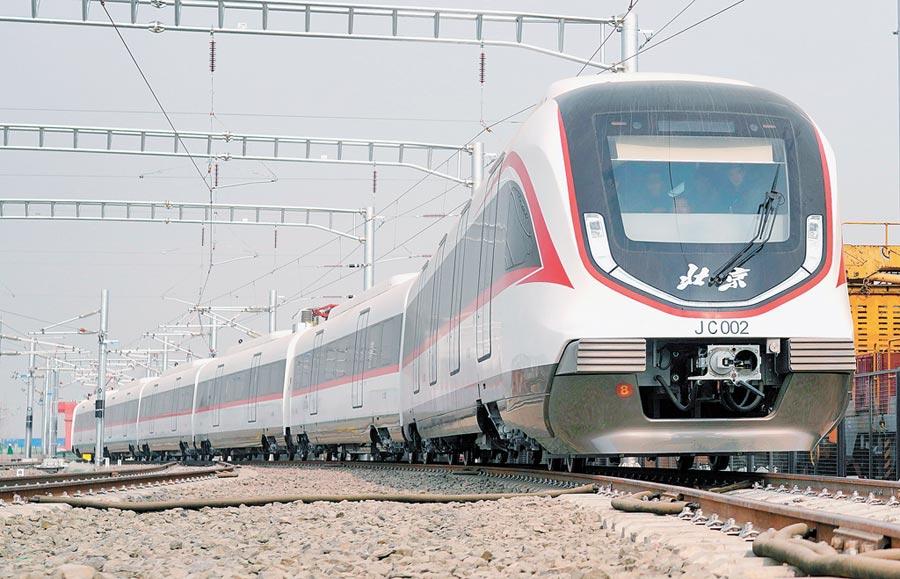1月29日,北京地鐵新機場線列車亮相,新機場線設計時速160公里,是目前大陸最快的城市地鐵線路,預計9月與北京大興國際機場同步開通試運營。(新華社)