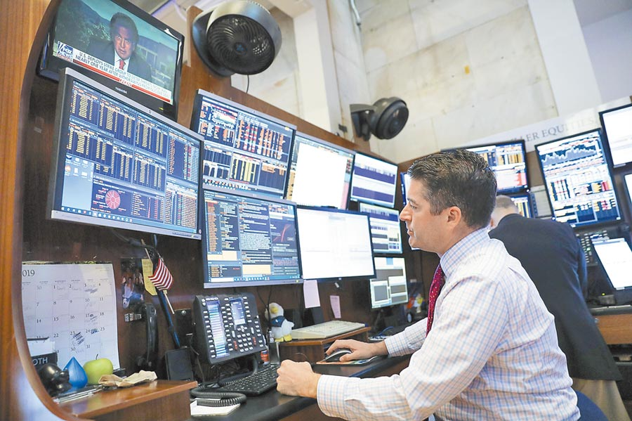 交易員在美國紐約證券交易所工作。(新華社資料照片)
