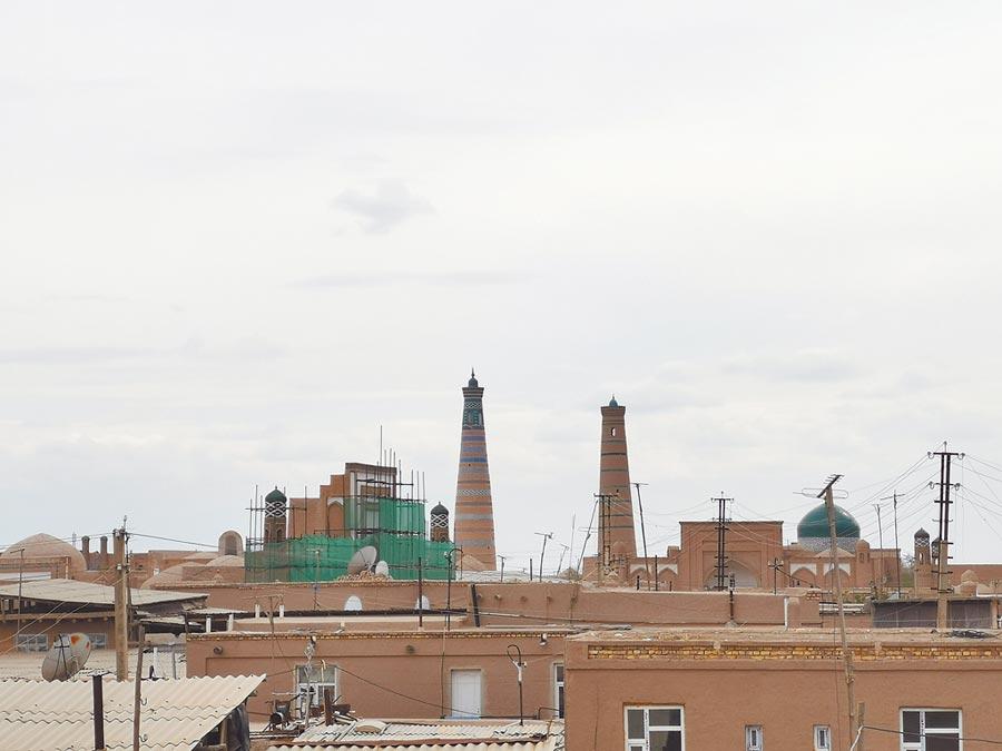 4月23日,在烏茲別克希瓦古城城牆上拍攝的遠處的經學院。(新華社)