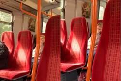 影》火車廣播傳出「喔耶」嬌喘聲 金髮姊遮臉羞笑