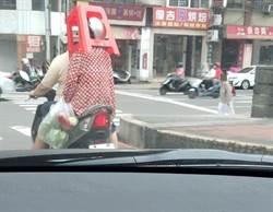 狂嬤頂椅騎車過街 網讚超強頭功