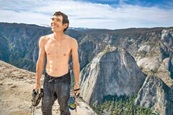 《赤手登峰》無繩攀高975米