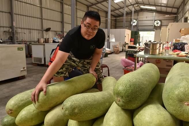 炎術冬瓜相關的飲品相當受到消費者歡迎,冬瓜原料一次進貨可達700公斤。(廖肇祥攝)