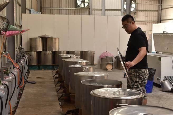 炎術冬瓜相關的飲品原料來自天然,店後的大鍋熬煮冬瓜原汁,營業頗具規模。(廖肇祥攝)