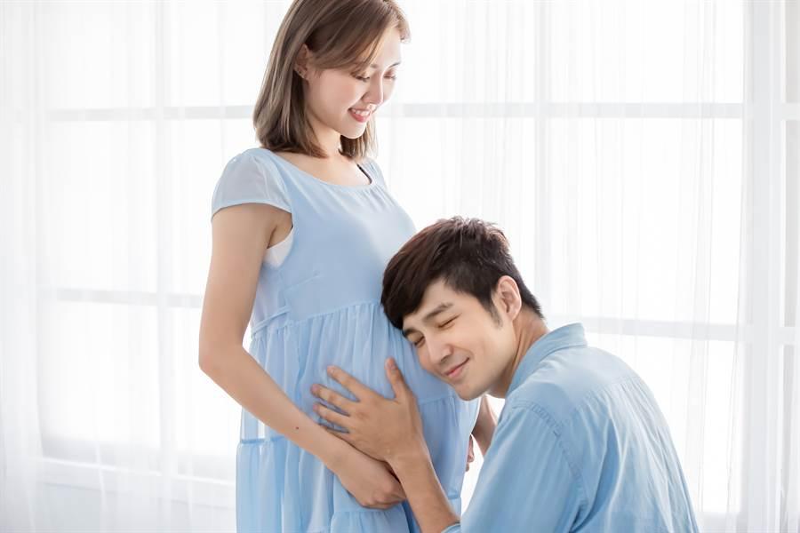 媽媽懷孕後,爸爸也總喜歡趴在肚皮上,感受胎兒在活動(示意圖/達志影像)