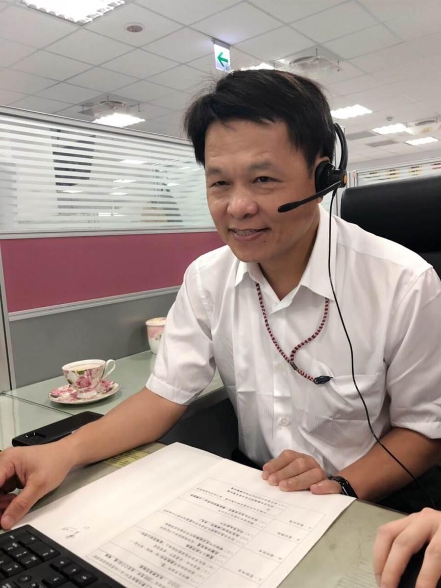 台中市府研考會主委曾能汀推動1999話務中心,為了解站在第一線的服務品質,化身快閃接線生,直接與市民對話。(盧金足攝)