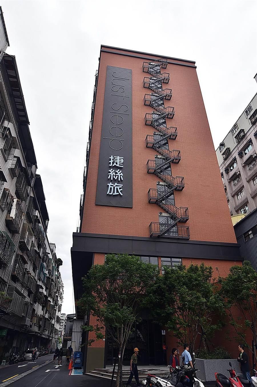 捷絲旅台北三重館建築由外而內是以紐約loft倉庫的風格打造,外觀是以磚牆搭配黑色鑄鐵打造的紐約風造型鐵梯。(圖/姚舜)