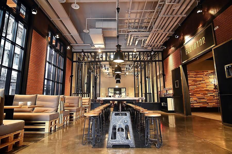 以紐約loft倉庫風格為概念打造的捷絲旅三重館,接待大廳和餐廳挑高超過6米,並用紅磚、木作、金屬鐵件為元素傳遞時尚現代與復古懷舊交織的工業風。(圖/姚舜)