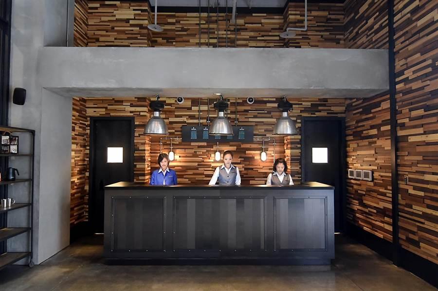 捷絲旅三重館的前身是賓陽建設起家厝「隆發木材廠」,所以設計師用了木條拼接的牆面作為「接地氣、說歷史、講故事」的元素。(圖/姚舜)