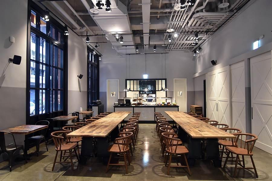 捷絲旅三重館內規畫有一同樣以紐約Loft風格設計的餐廳〈Just Cafe捷食藝〉,提供客人享用早餐並對外開放供應假日早午餐。(圖/姚舜)