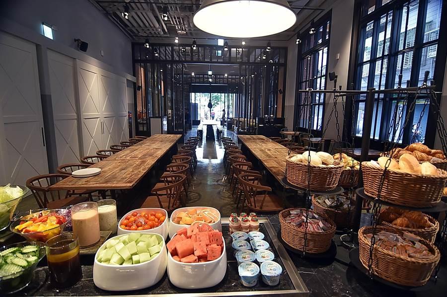 捷絲旅三重館內餐廳〈Just Cafe' 捷食藝〉,早餐提供輕食buffet、蔬果沙拉吧,以及各式的蛋料理。(圖/姚舜)