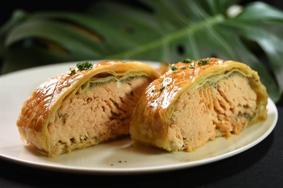 晶華酒店口法籍主廚設計的〈酥皮鮭魚捲〉,同末假日會出現在三重Just Cafe' 捷食藝早餐餐菜單上。(圖/姚舜)