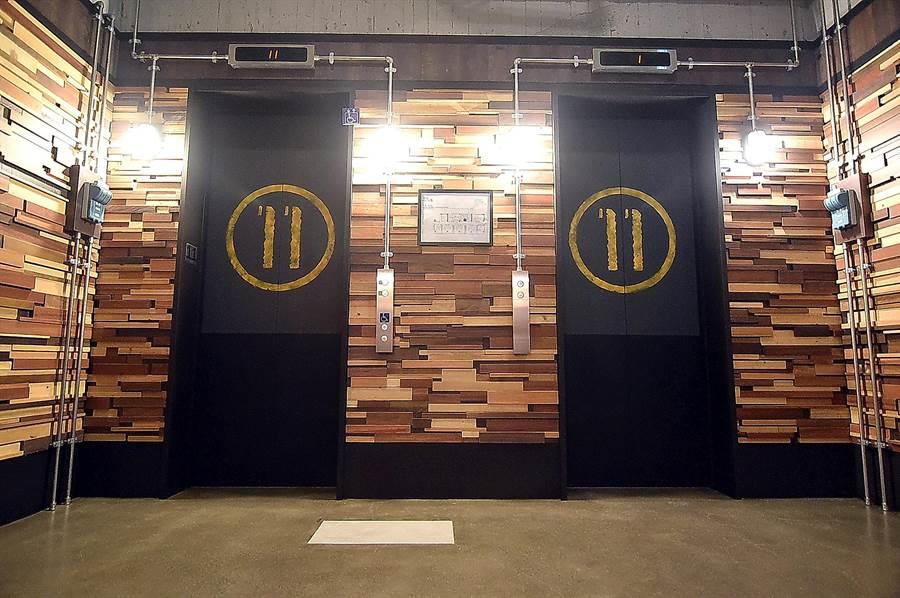 捷絲旅三重館各樓層的梯廳都很寬敞,連電梯門都經巧思設計,宛如厚實的倉庫門。(圖/姚舜)