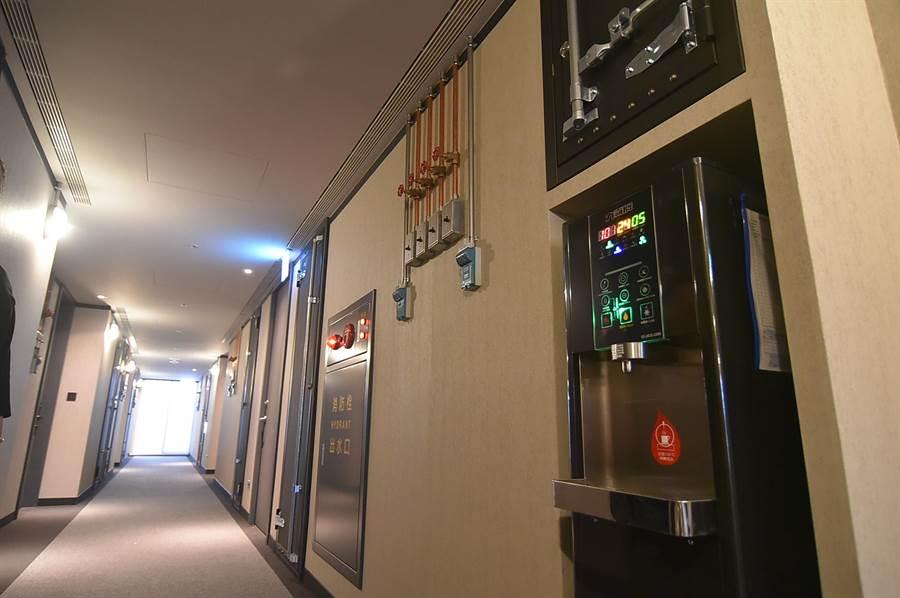 捷絲旅三重館每層樓都設有飲水機,方便下榻的客人使用。(圖/姚舜)