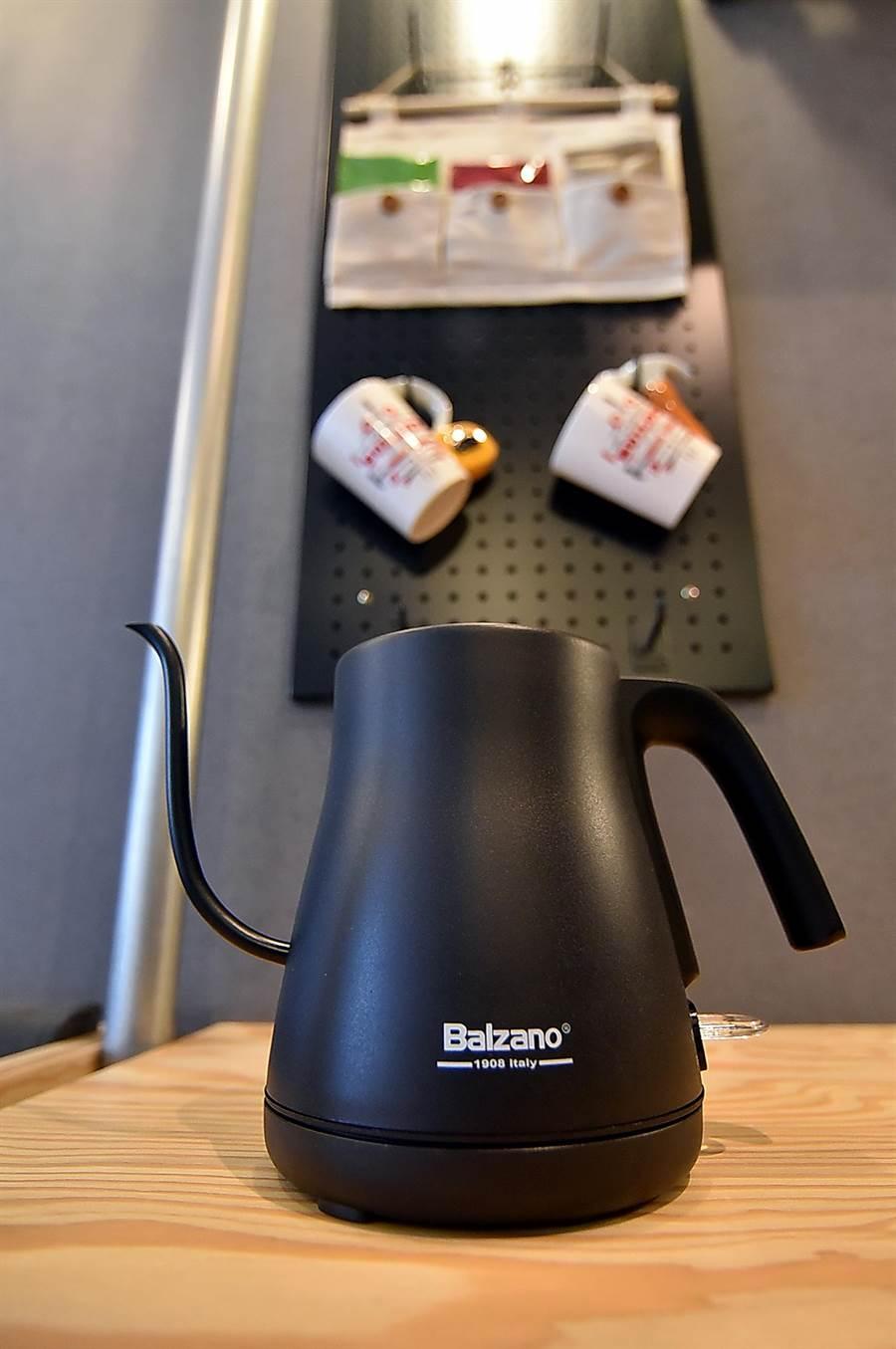 捷絲旅三重館的每間客房內都備有電子溫控手沖壺,除可用來取代快煮壺煮開水,更可用來手沖飯店準備的各式風味掛耳咖啡。(圖/姚舜)