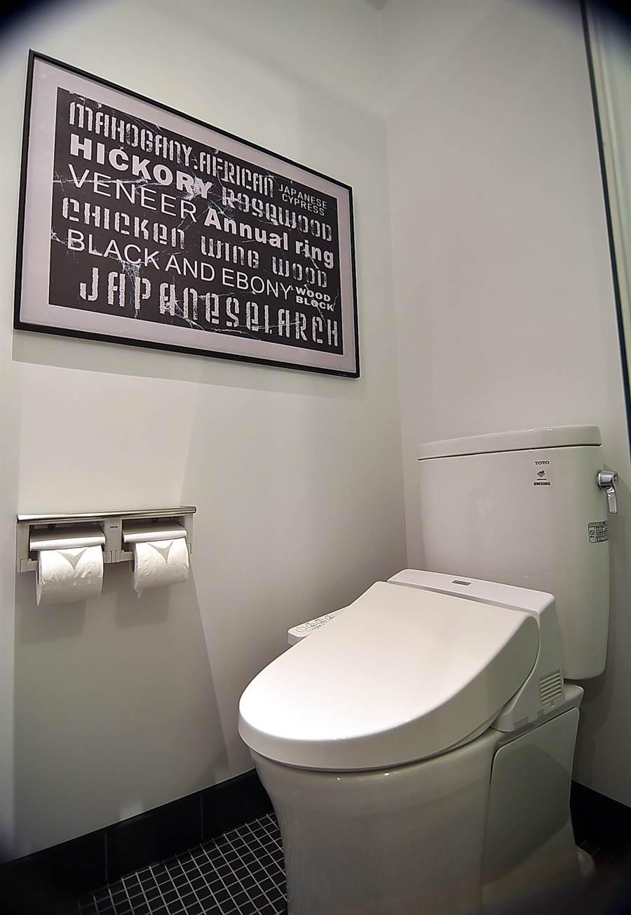 無論房型,免治馬桶是捷絲旅三重館客房衛浴的「標配」。(圖/姚舜)