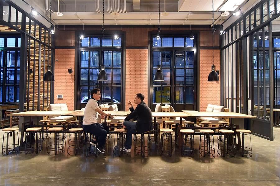 捷絲旅台北三重館一樓公共空間與餐廳,裝潢設計搶眼吸睛且舒適寬敞。(圖/姚舜)