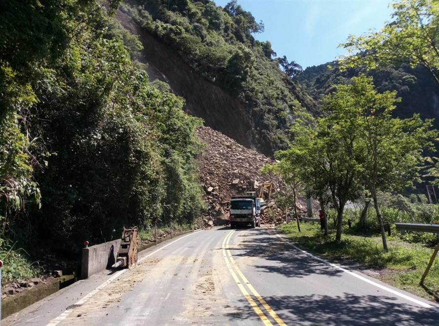 嘉義縣阿里山公路78.3公里處今天凌晨5點45分邊坡發生坍方,道路雙向阻斷。(五工處提供)