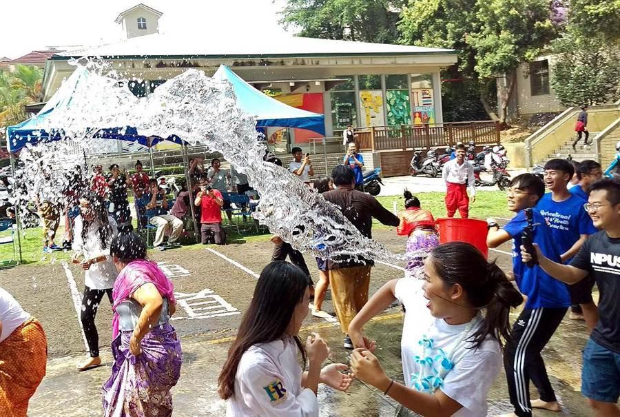 屏科大的泰國姊妹校宋卡師範大學學生到台灣進行學術交流,結訓典禮舉辦潑水節,台泰學生相互潑水祝福平安。(潘建志攝)