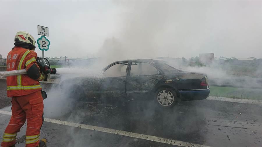 國道2號西向8.1公里,14日早上發生行駛中車輛火燒車意外。(賴佑維翻攝)