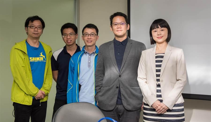 台大獸醫學系副教授陳慧文(右1)、中研院生物醫學科學研究所助研究員胡哲銘(右2)與研究團隊成員合影。(中研院提供)