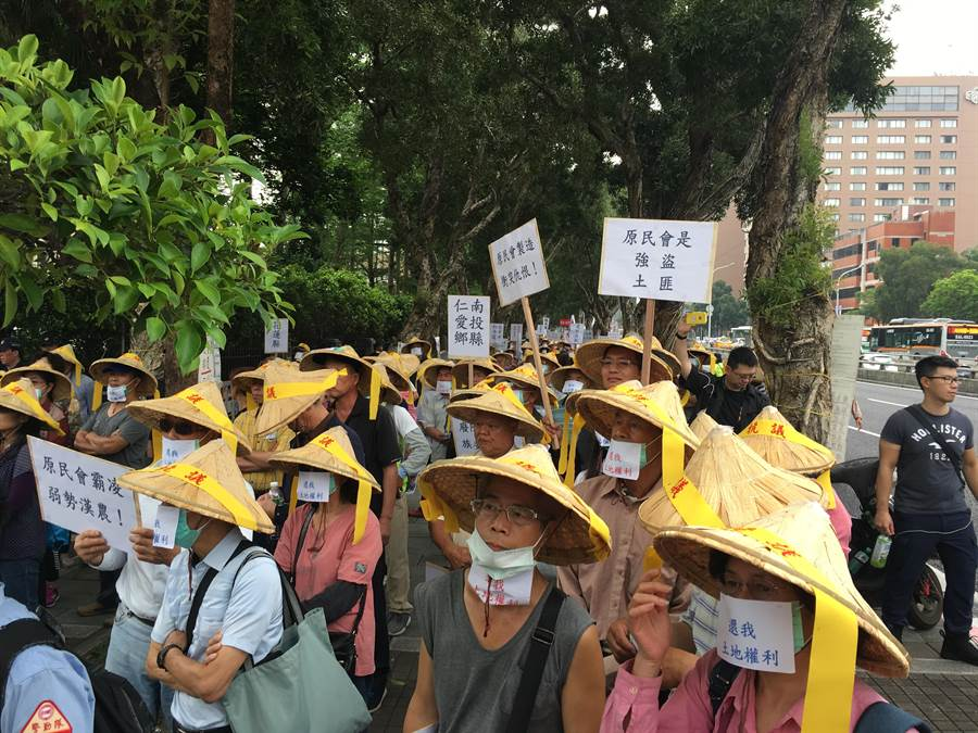 台灣山地鄉平地住民權利促進會今(14)日號召上千名在全台各鄉鎮原鄉耕種的漢人農民到行政院陳情抗議。(游昇俯攝)