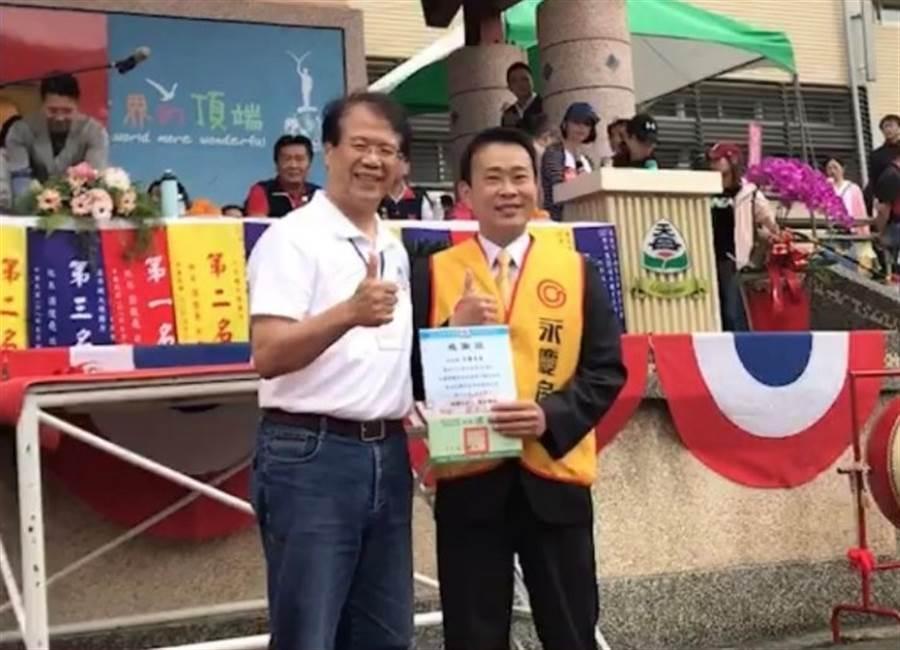 天母國小校長梁俊堯(左1)頒發感謝狀給予永慶房屋天西店。(圖/永慶房屋 提供)