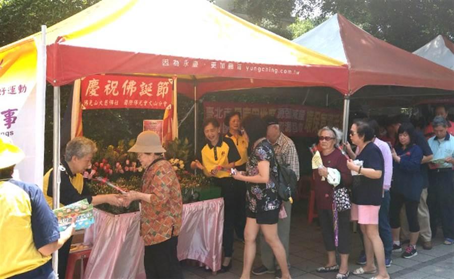 12日景慶里舉辦跳蚤市場,民眾帶著一家大小買居家裝飾、收納小物,超過500位里民一起參與。(圖/永慶房屋 提供)