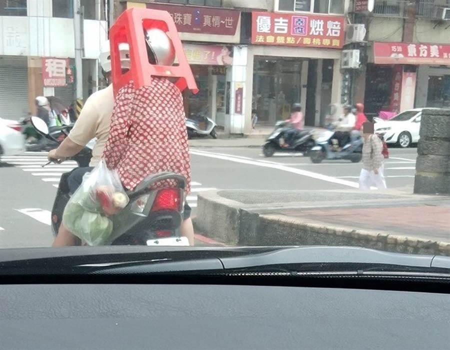 狂嬤頂椅騎車過街 網讚超強頭功(圖/翻攝自臉書《基隆人大小事》)