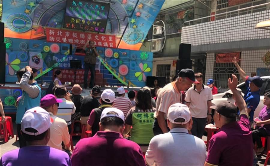 板橋文化里莊英杰里長準備點心、精美禮品送給參與民眾;里民歡唱經典歌曲、男女情歌,現場嗨到最高點。(圖/永慶房屋 提供)