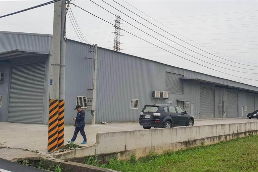 湖口鄉湖南段農地違反搭建2棟近千坪大型鐵皮屋,檢方向法院請求沒收,以利日後拆除復原。(羅浚濱翻攝)